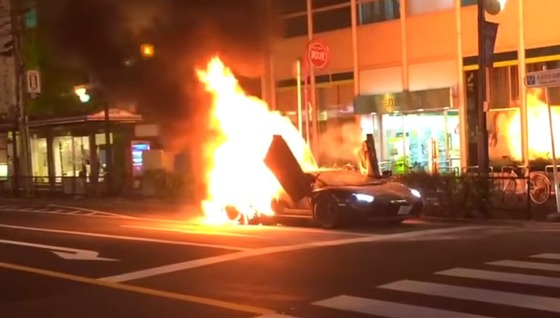 Lamborghini-Aventador-catches-fire-in-Japan