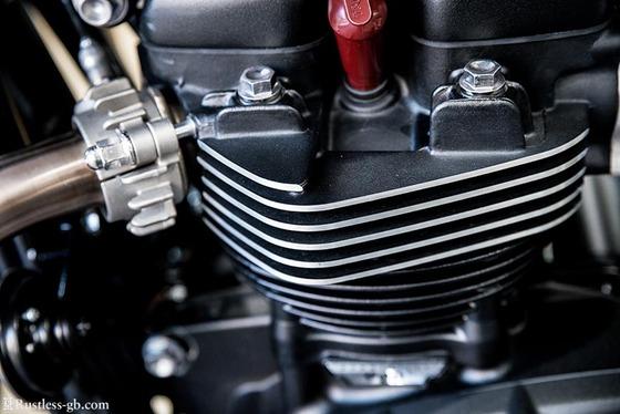 水冷バイクって一発貰ったら冷却水ダダ漏れでエンジン死ぬ欠陥品なのに乗る馬鹿wwwwwww