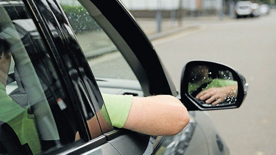エアコンつけないで自動車の窓全開にして走ってる車なんなの?エアコンつけたら負けだと思ってるの?w