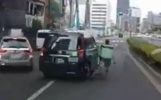 【悲報】UberEatsのチャリさん、堂々と車道を走った挙句タクシーに体当たりをかましてしまう