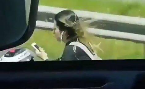 スマホいじりながらノーヘルでバイク乗ってる女