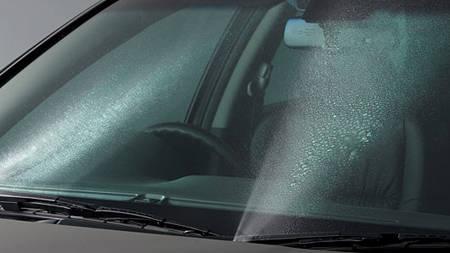 運転中ワイ「フロントガラス汚いからウォッシャー液でワイパーするか」