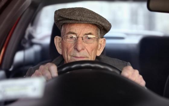 elderly-driver_2164765k
