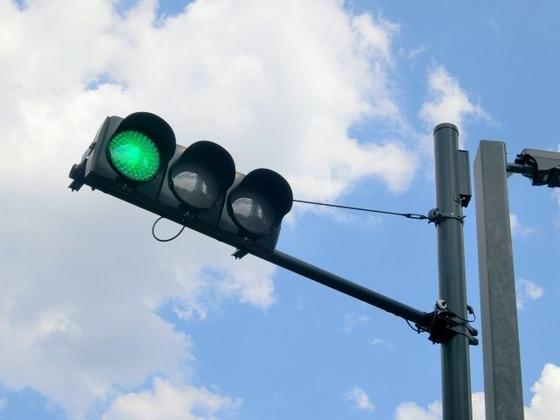 信号青なのに前の車進まなかったからクラクションしたんだけど
