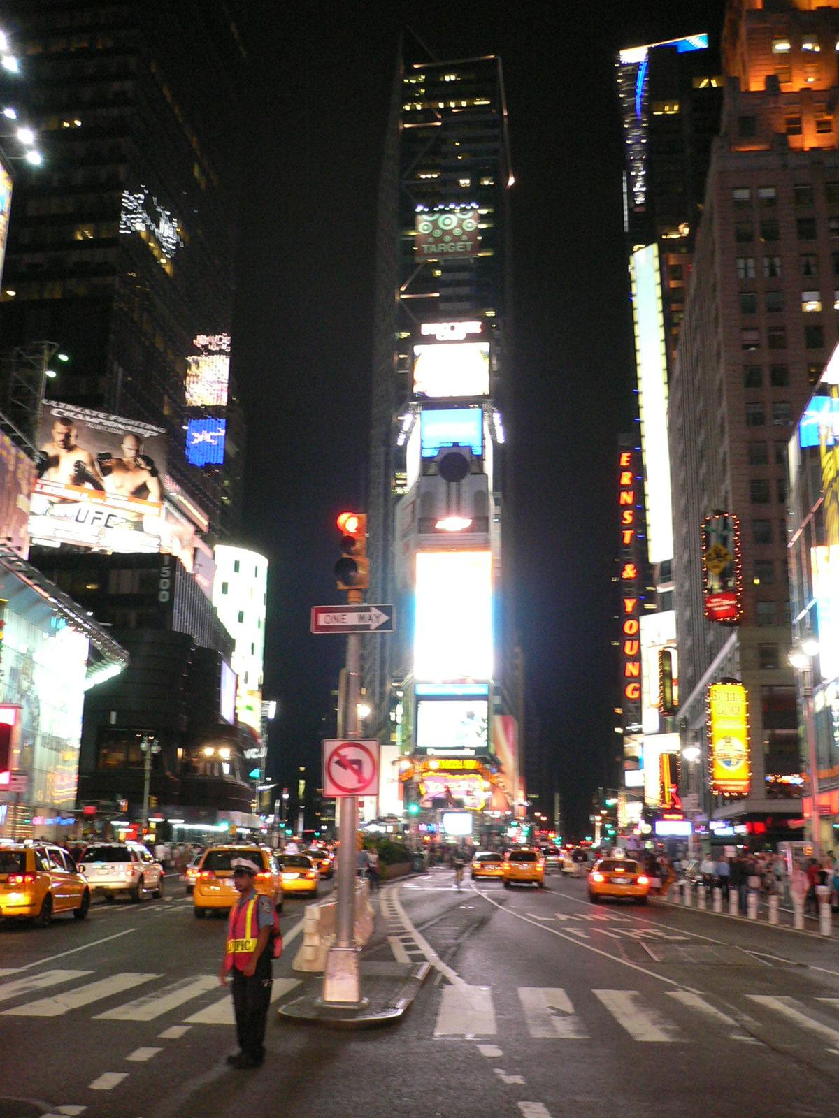 夜のタイムズスクエア タイムズスクエア テレビでよく見るけど、この看板があるトコが タイムズ..