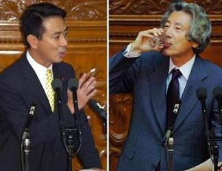 答弁する前にゆっくりと水を飲み干す小泉首相