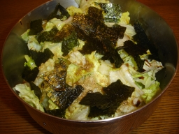 サイドにゴマ風味海苔サラダ