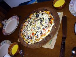 みんなで作ったピザでお祝い