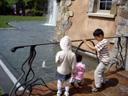 お庭で遊ぶ子供たち