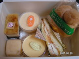 フランス菓子カスミのシュー&バナナ、鈴木屋の極上&チーズプリン、