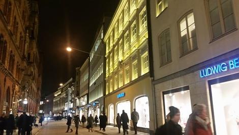 北欧の夜の窓辺