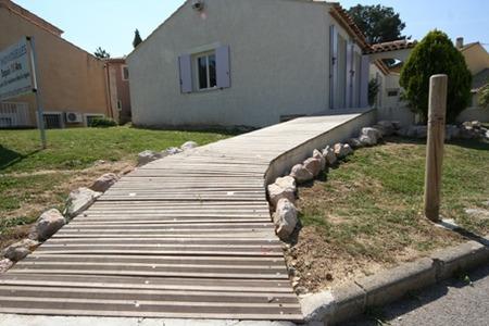 南欧住宅のアプローチ