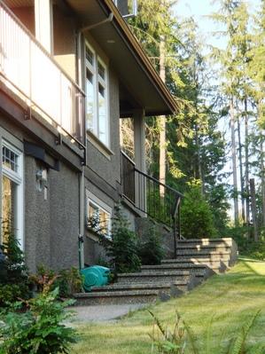 住宅脇の階段