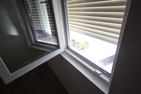 窓の日よけシャッター(1)