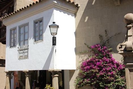 南欧の白い壁の家 (1)