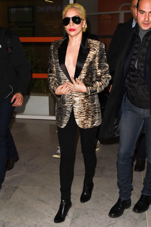 11/27 レディー・ガガ Lady Gaga タイガープリントジャケット スキニージーンズ アンクルブーツ , 海外セレブ私服ファッション