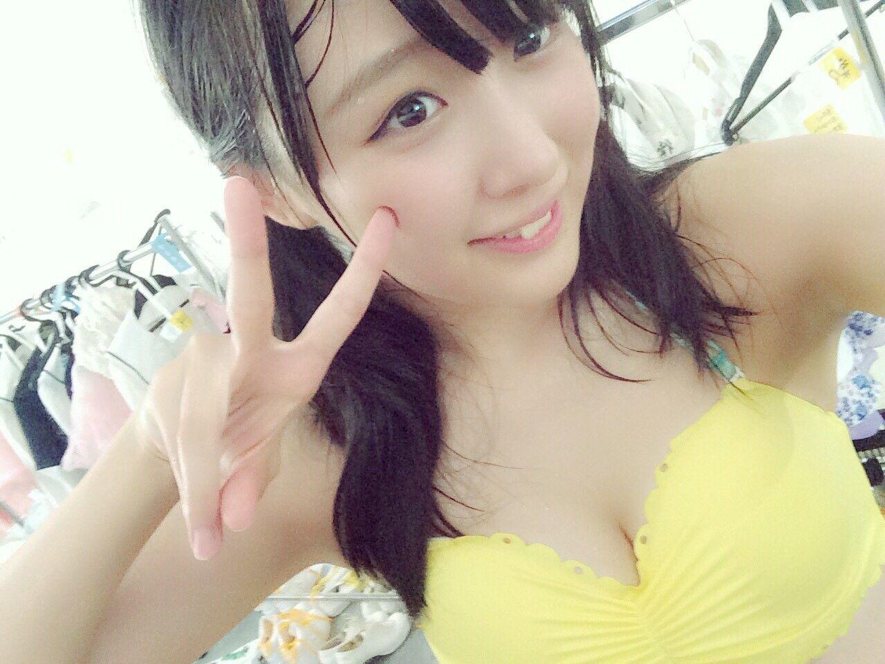 黄色水着の鎌田菜月