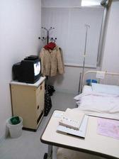 病室(入り口から左奥方向)