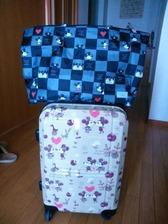 スーツケースとトートバッグ