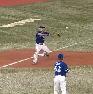 三塁手はまだベースについてないのに送球がそれる