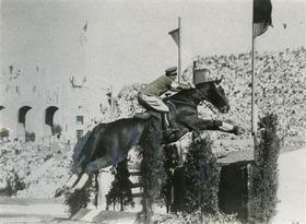 1932年ロサンゼルス五輪で競技中の西中尉