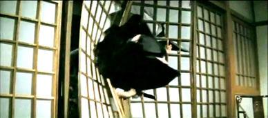 ブルース・リーに蹴り出されるスタントマン時代のジャッキー・チェン