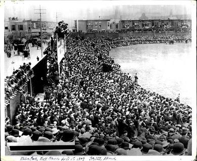 1909年4月12日Shibe Park開場の日の外野席の混雑ぶり