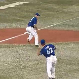 態勢の整っていない三塁手に送球しようとする投手