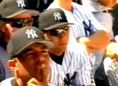 ポール・サイモンの歌をスタジアムで聴くリベラとジーター(1999)