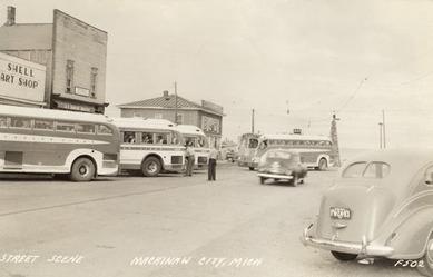 グレイハウンドが並ぶ1940年代のミシガン州のバスターミナル