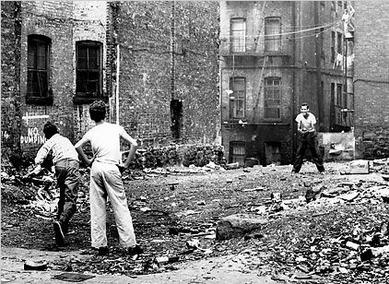 イースト・ハーレムの空き地で野球をする子供たち