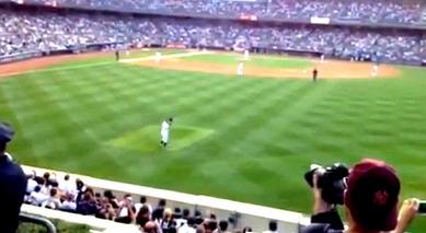 ヤンキースタジアム初めてのロールコールに脱帽して応えるイチロー