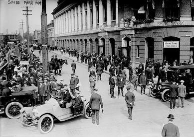 Shibe Parkで1914年ワールドシリーズのチケットを買うMLBファン