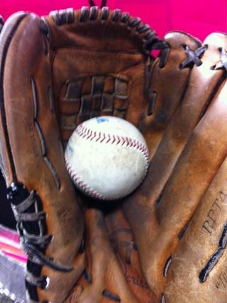 イチローがエイミーさんに投げ、グラブにおさまったボール