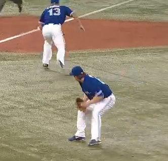 投手に背中を向けて三塁に戻る三塁手