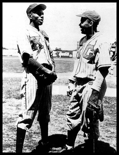 サチェル・ペイジ(左)と、ジャッキー・ロビンソン