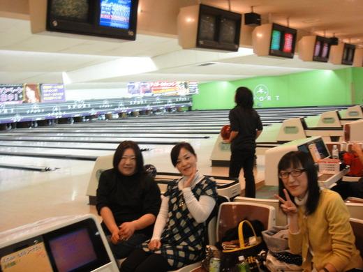 女性チーム。後ろの方は違います。