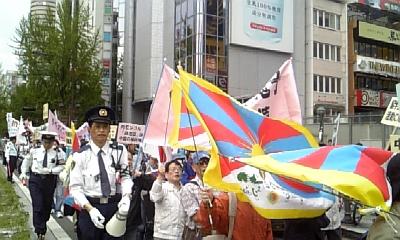 チベット国旗が揺れるデモ
