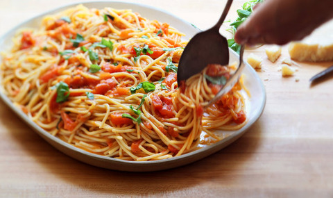 Spaghetti with fresh tomatoes, olives and garlic
