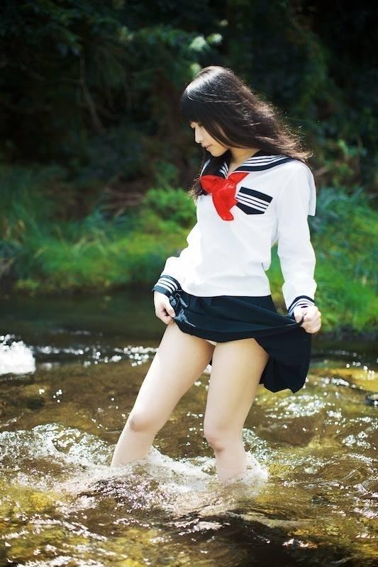 水辺の少女