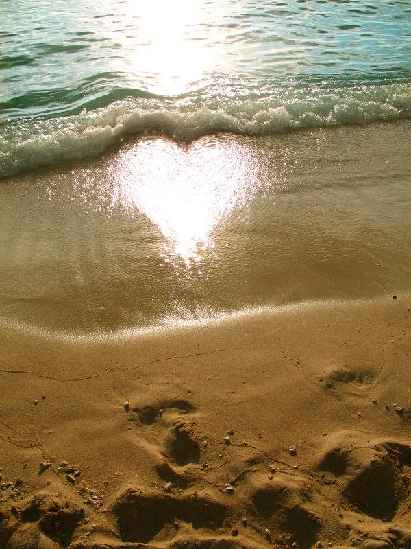砂浜にハートが浮かび上がる瞬間