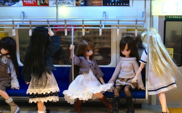 【悲報】ドールオタが等身大ドールで電車を占拠の画像