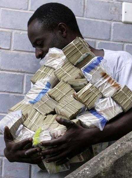 ジンバブエのパンを買いにいく男