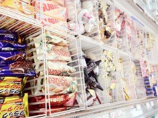 中国人旅行客、会計前にアイスを食べたことをコンビニ店員に注意され激怒、店員の顔を殴り 髪をつかみ蹴るの画像