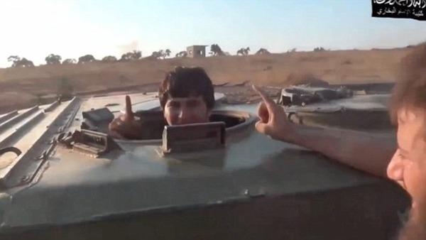 【戦争】シリアの村への自爆テロを命じられたウズベクの若い「特攻隊員」の姿をご覧くださいの画像