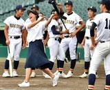 甲子園初出場の白山の女性部長、球場見学で打席に立ち大会関係者から制止され物議