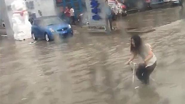 【動画】中国、洪水で道路が完全冠水!だが、自転車女子が超気合いの走りを見せる! [海外]
