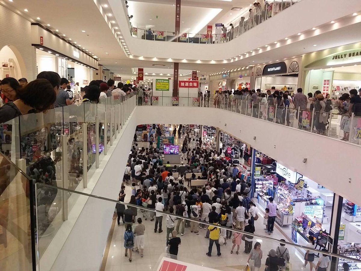 ショッピングセンターに広島戦の野球中継のTVを置いた結果www