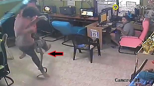 【動画】タイ、ネットカフェで男がヘビに尻を咬まれパニックに!必死に逃れる! [海外]
