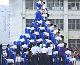 中学生の巨大な「組体操ピラミッド」が崩れる瞬間 投稿動画に非難殺到
